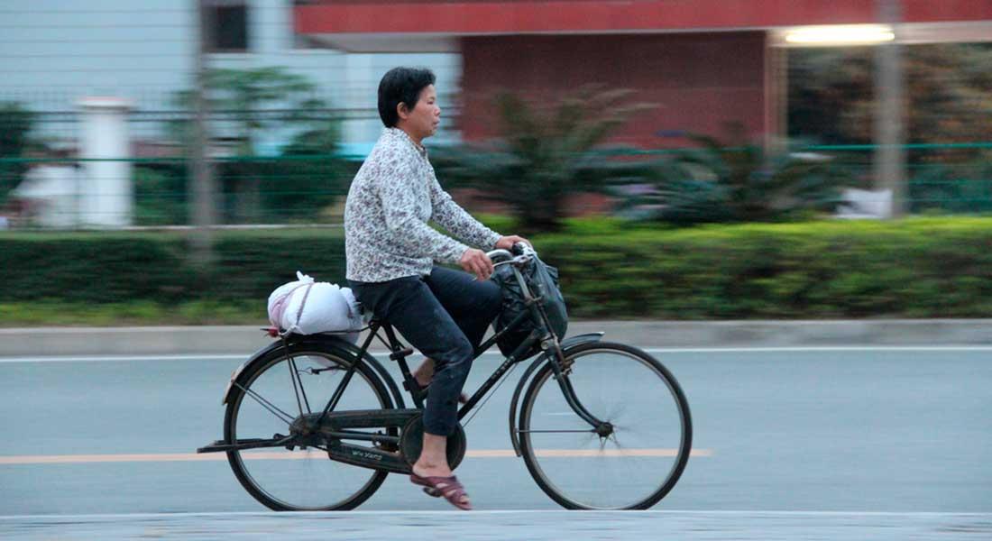 Kinesisk kvinde på cykel